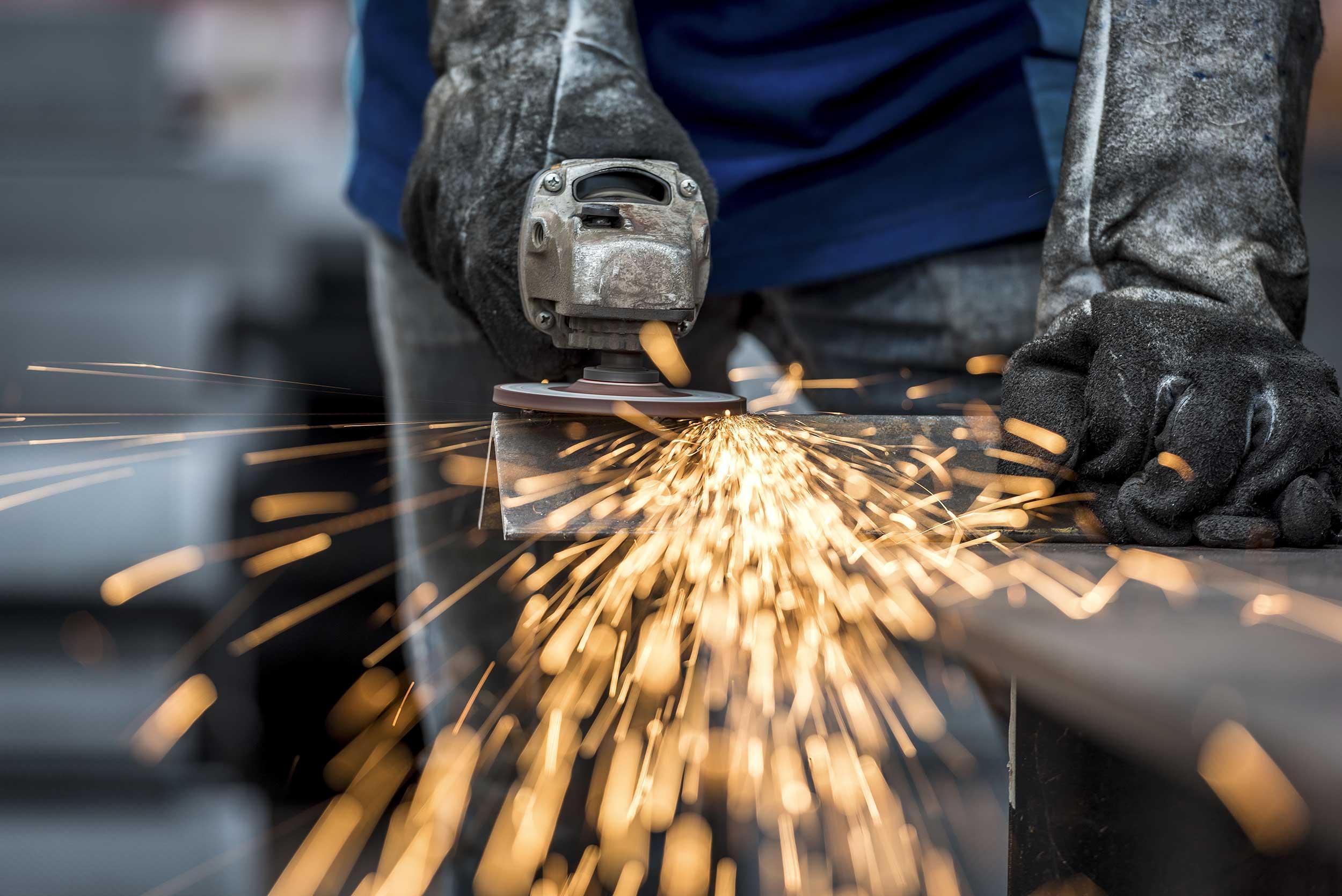 Industriearbeiter beim Metallschleifen